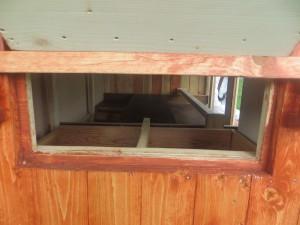 Hühnerstall - Blick in die Nestklappe