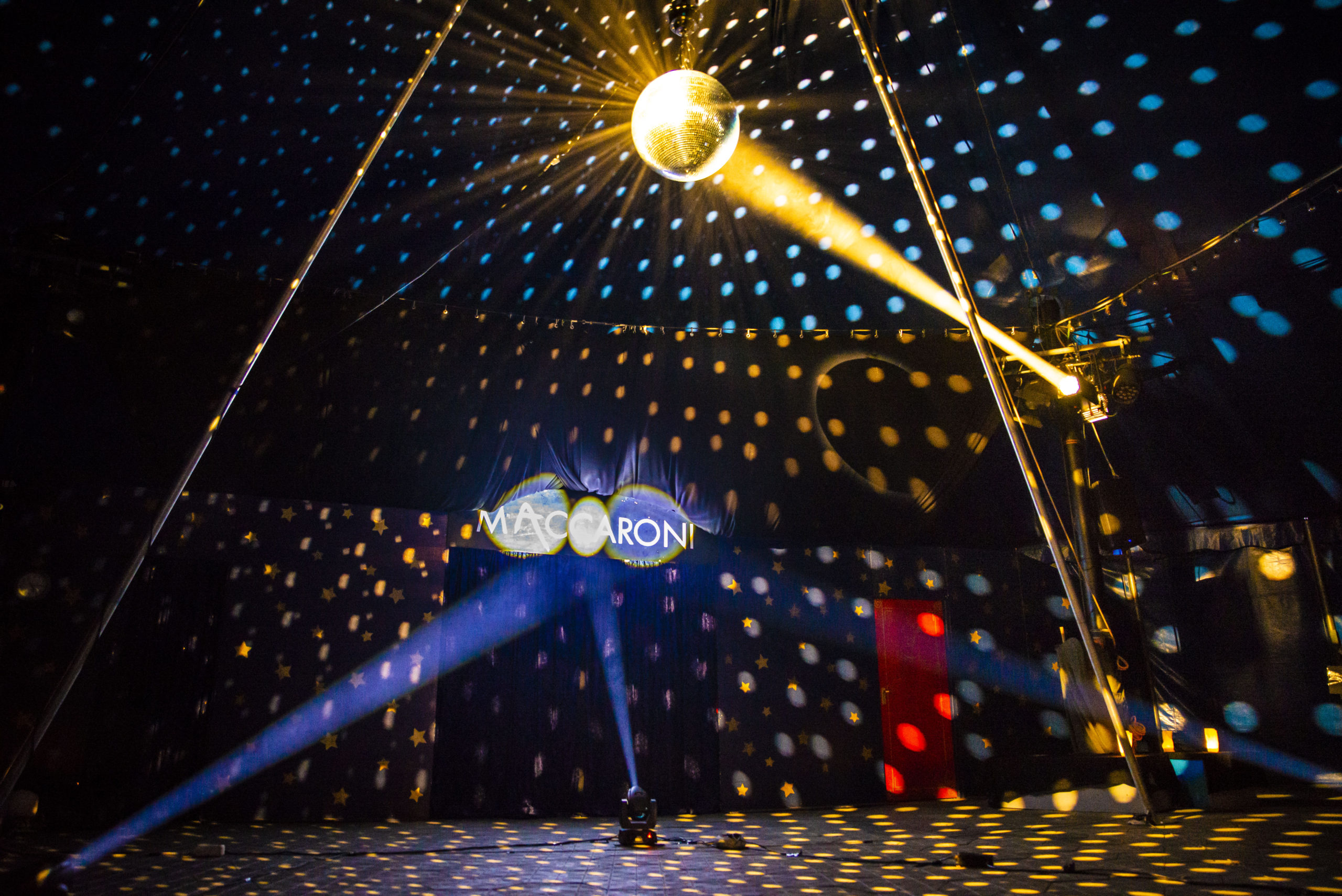 Im Hauptzelt glitzern hunderte Lichtersterne am Zelthimmel.