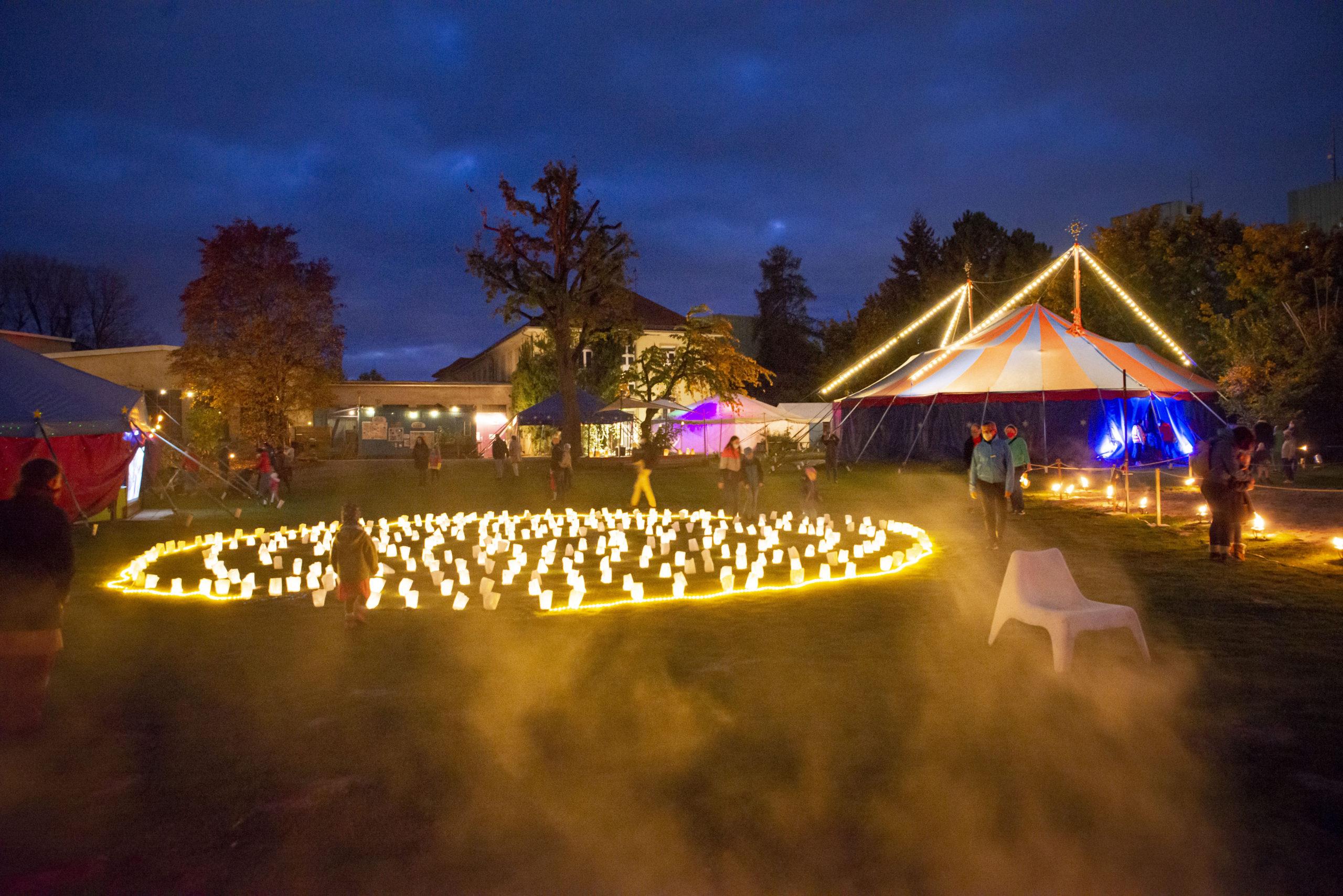 Das wundeerschöne Lichterlabyrinth im Zentrum des Geländes besteht aus 343 Teelichtgläsern