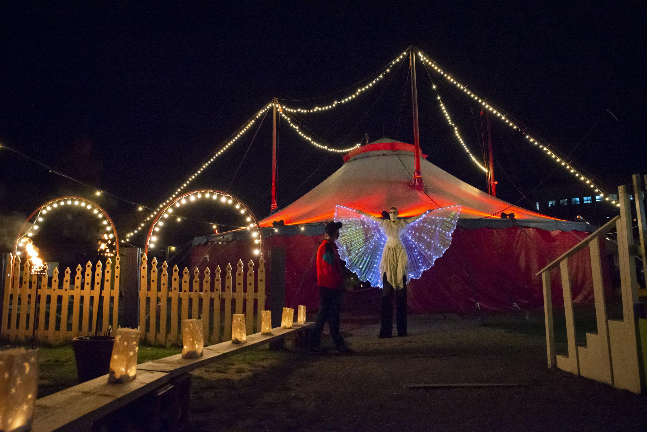 Empfangen werden die Gäste von Lichterketten und einer Fee mit leuchtenden Flügeln